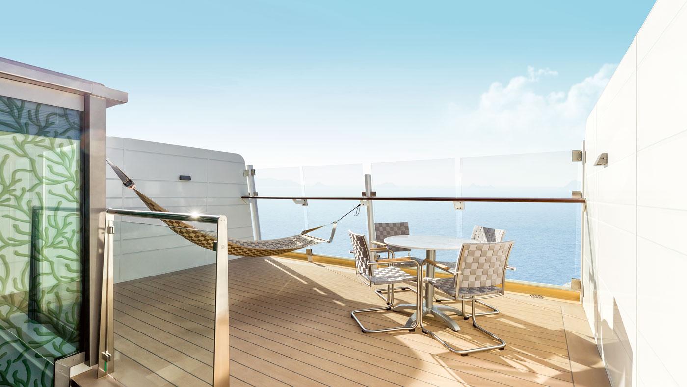Die Dachterrasse der Himmel & Meer Suite an Bord der Mein Schiff 4: wer wirklich schaukeln will, kann das hier in der Hängematte tun.