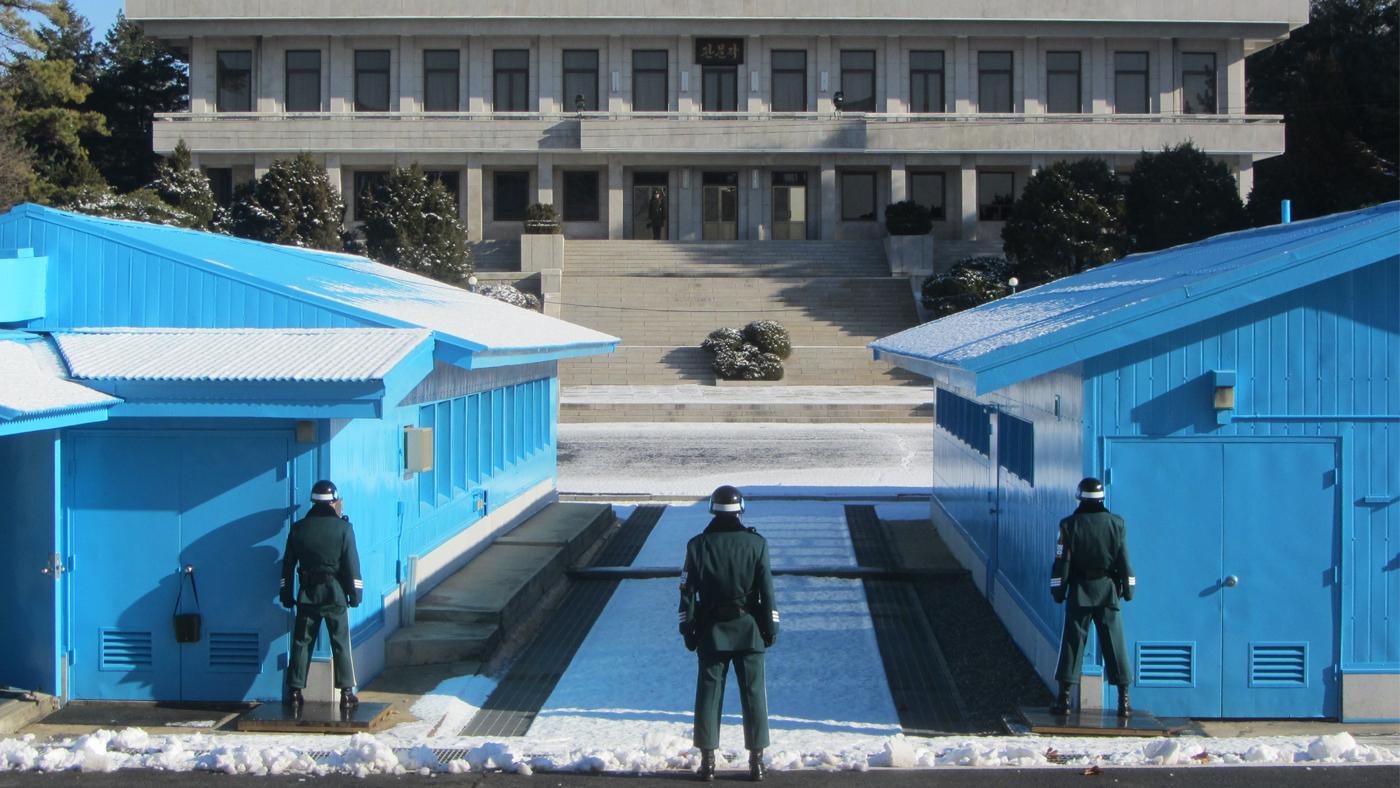 An der Grenze zu Nordkorea stehen sich täglich Soldaten beider Seiten still und stumm gegenüber.