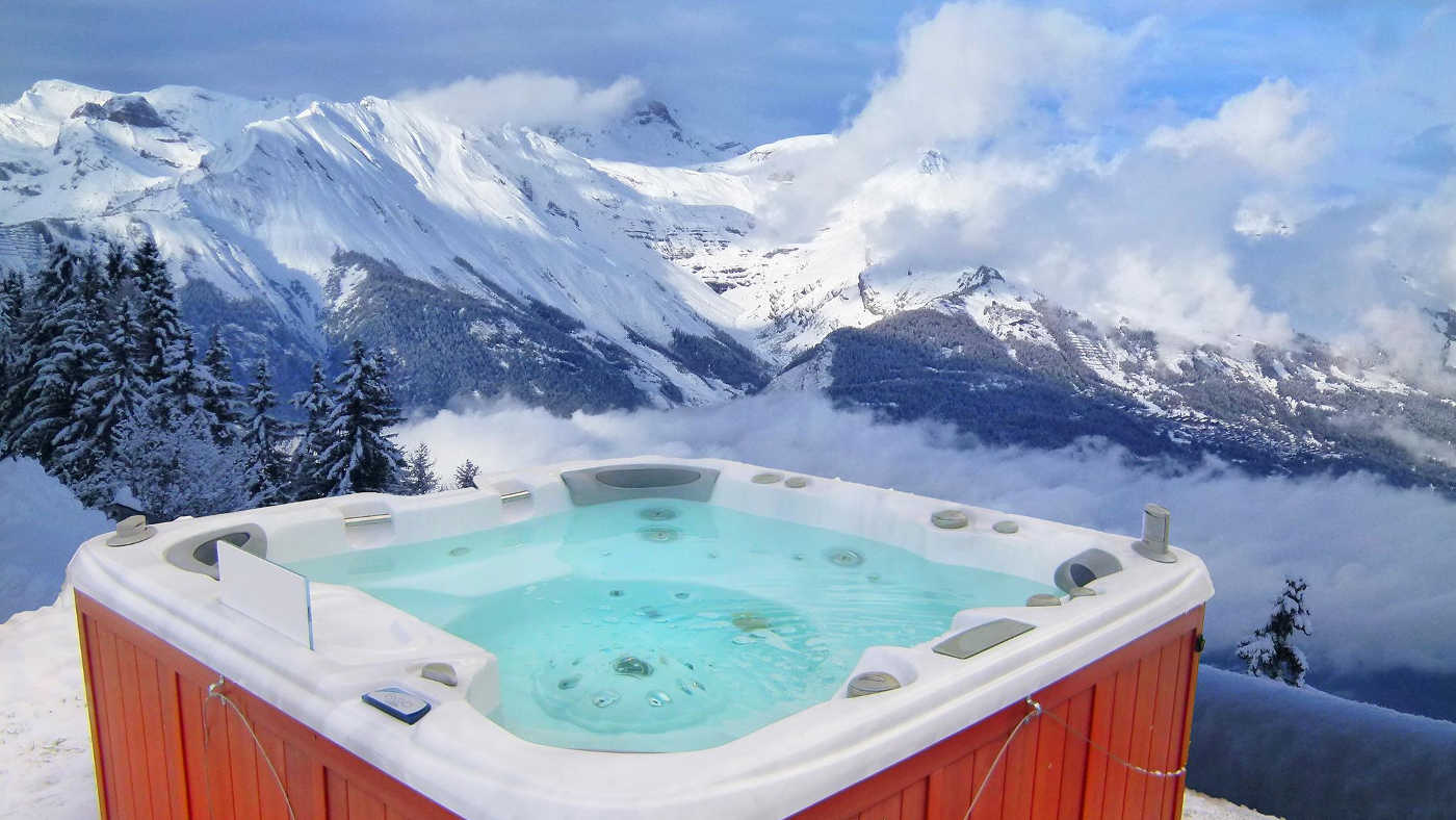 Im Whirlpool mit Blick auf die Berge die Zeit verbringen geht in diesem Ferienhaus in Frankreich.