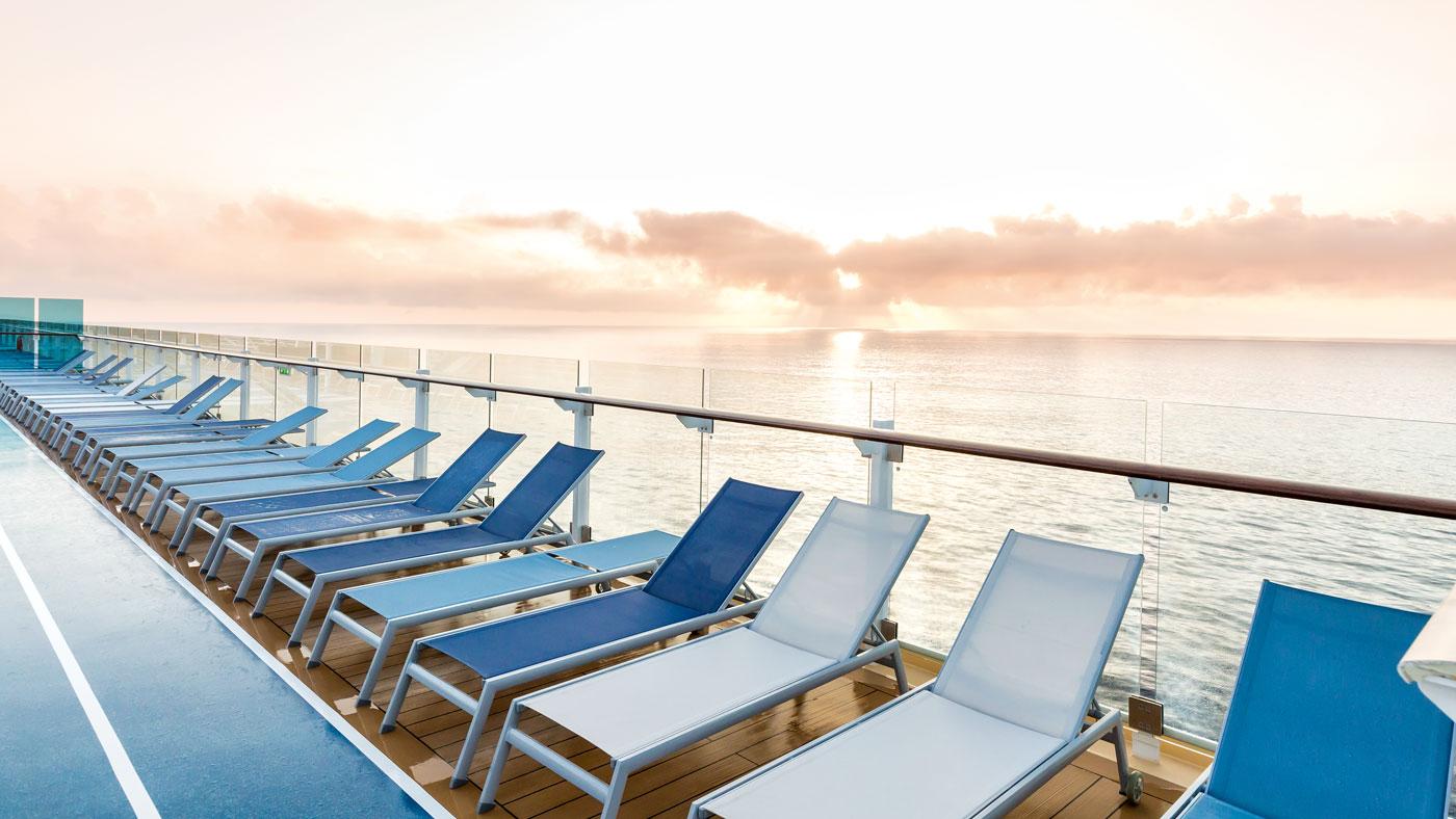 Und überzeugt? Dann reserviert euch schon mal eine Sonnenliege und genießt den traumhaften Sonnenaufgang an Deck! (© TUI Cruises GmbH Hamburg)