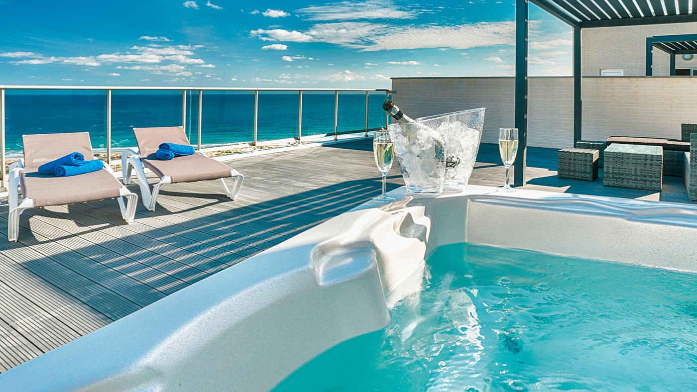 Meer, gemeinschaftlicher Pool und Whirlpool: In dieser Ferienwohnung in Spanien muss man auf nichts verzichten.