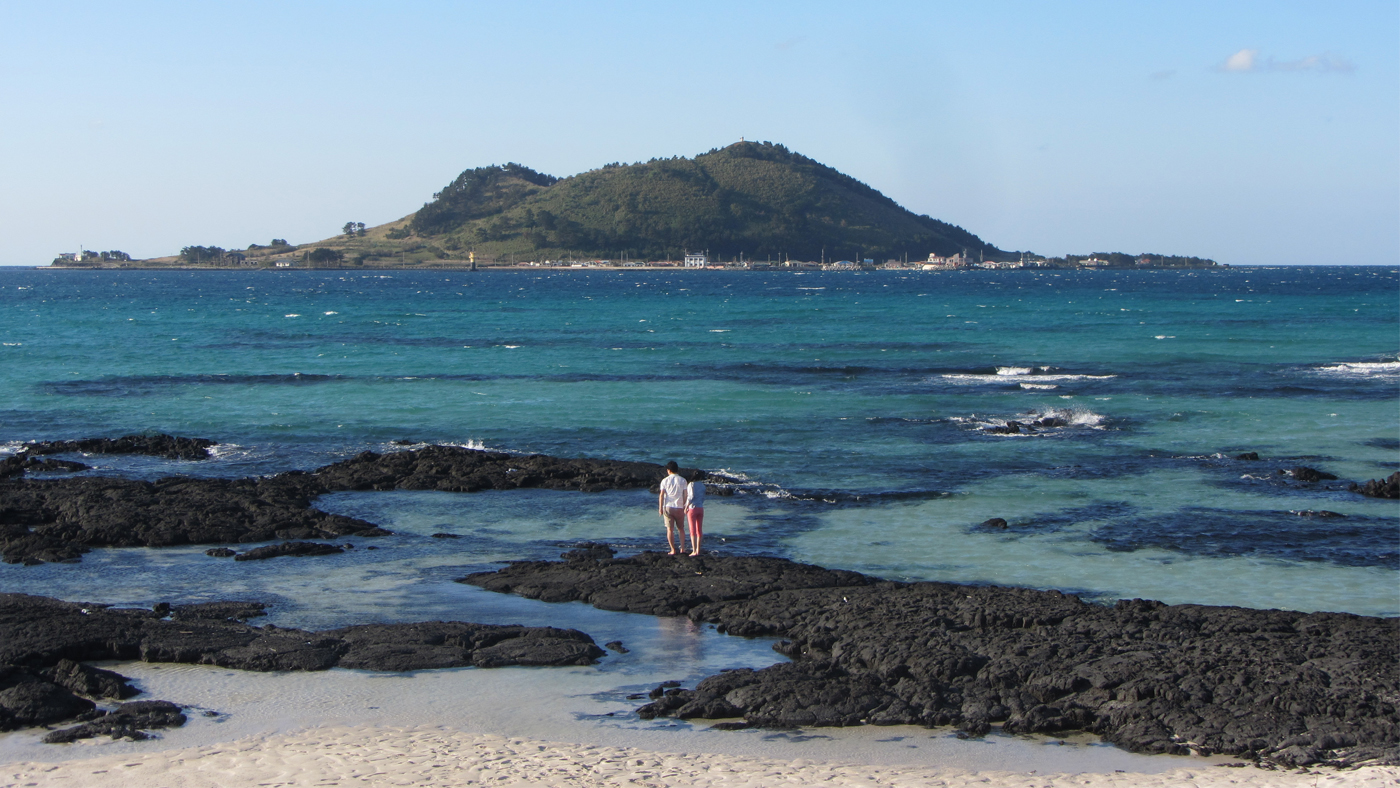 Das ruhige Meer am Hyeopae Strand imOsten der Insel lädt zum Sonnen und Baden ein.