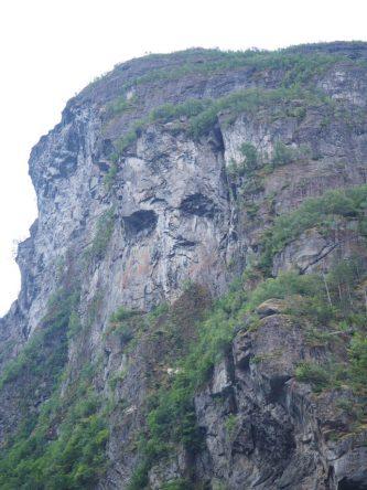 Gesicht im Felsen bei der Einfahrt