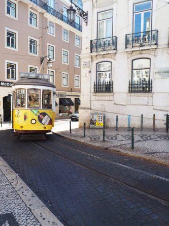 Eine alte Straßenbahn in Lissabon