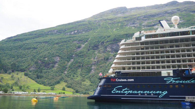 Die Mein Schiff 4 direkt an der Pier im Fjord