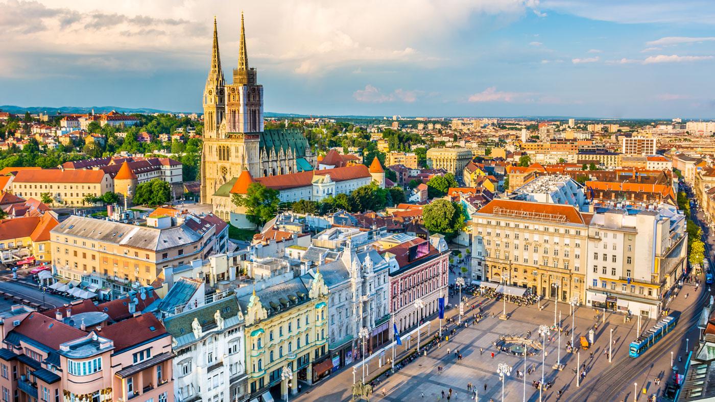 Der schöne Ban-Jelačić-Platz mit Blick auf die imposante Kathedrale von Zagreb