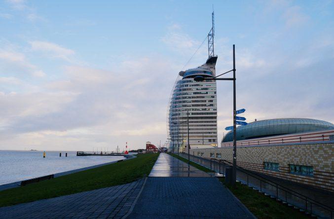 Das ATLANTIC Hotel Sail City vom Deich aus. Hier mit dem Klimahaus Bremerhaven