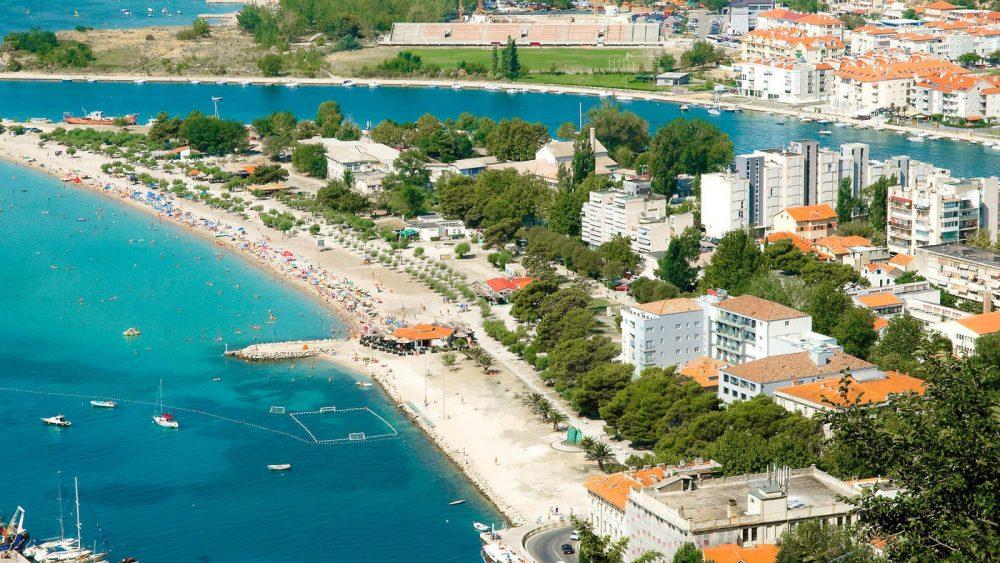 Das Hotel Plaza besticht durch seine Lage direkt im Ferienort Omis und in unmittelbarer Nähe zum langen Sand-/Feinkiesstrand. 97% Weiterempfehlung!