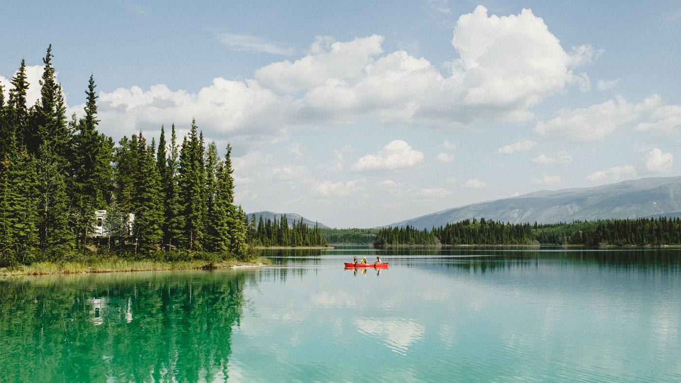 EIn kristallklarer See inmitten von Nadelbäumen und mit Blick auf die Berge - Das ist British Columbia