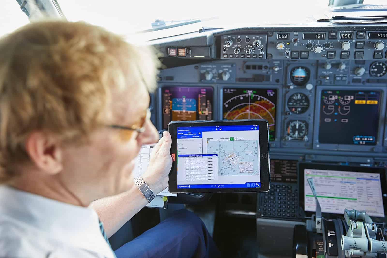 Pilot im Cockpit TUI fly