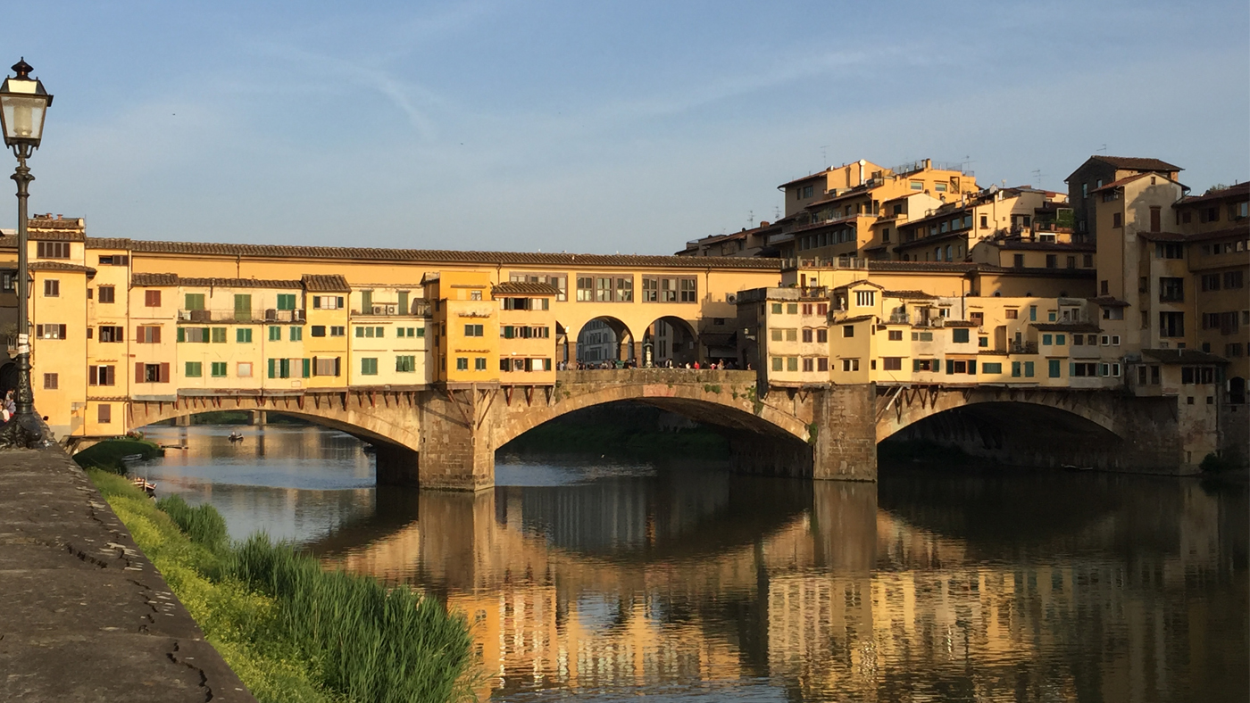Auf der Ponte Vecchio herrscht stets buntes Treiben und viele fliegende Händler bieten ihre Waren an.