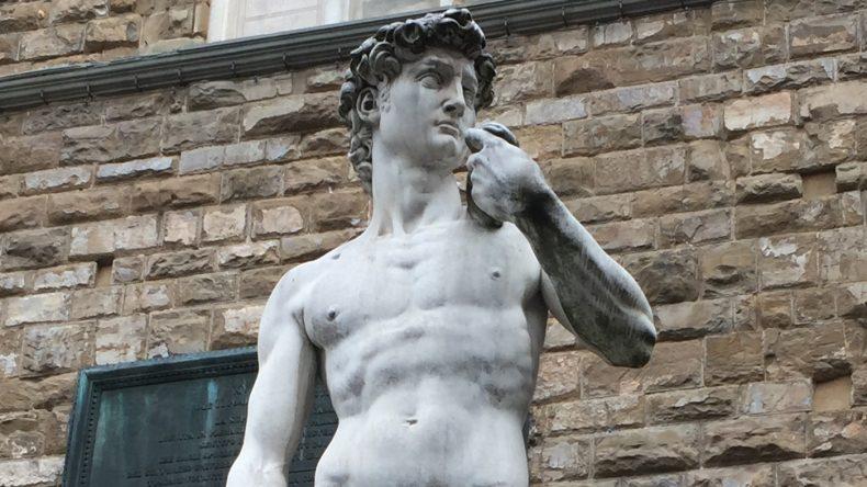 Vor dem Palazza de Vecchio steht eine maßstabsgetreue Kopie des berühmten Davod von Michelangelo. Das Original steht im Museum von Florenz.