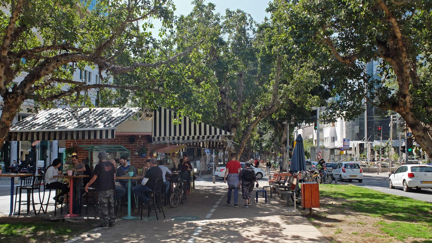 In Tel Aviv wird der Kaffee draußen getrunken.