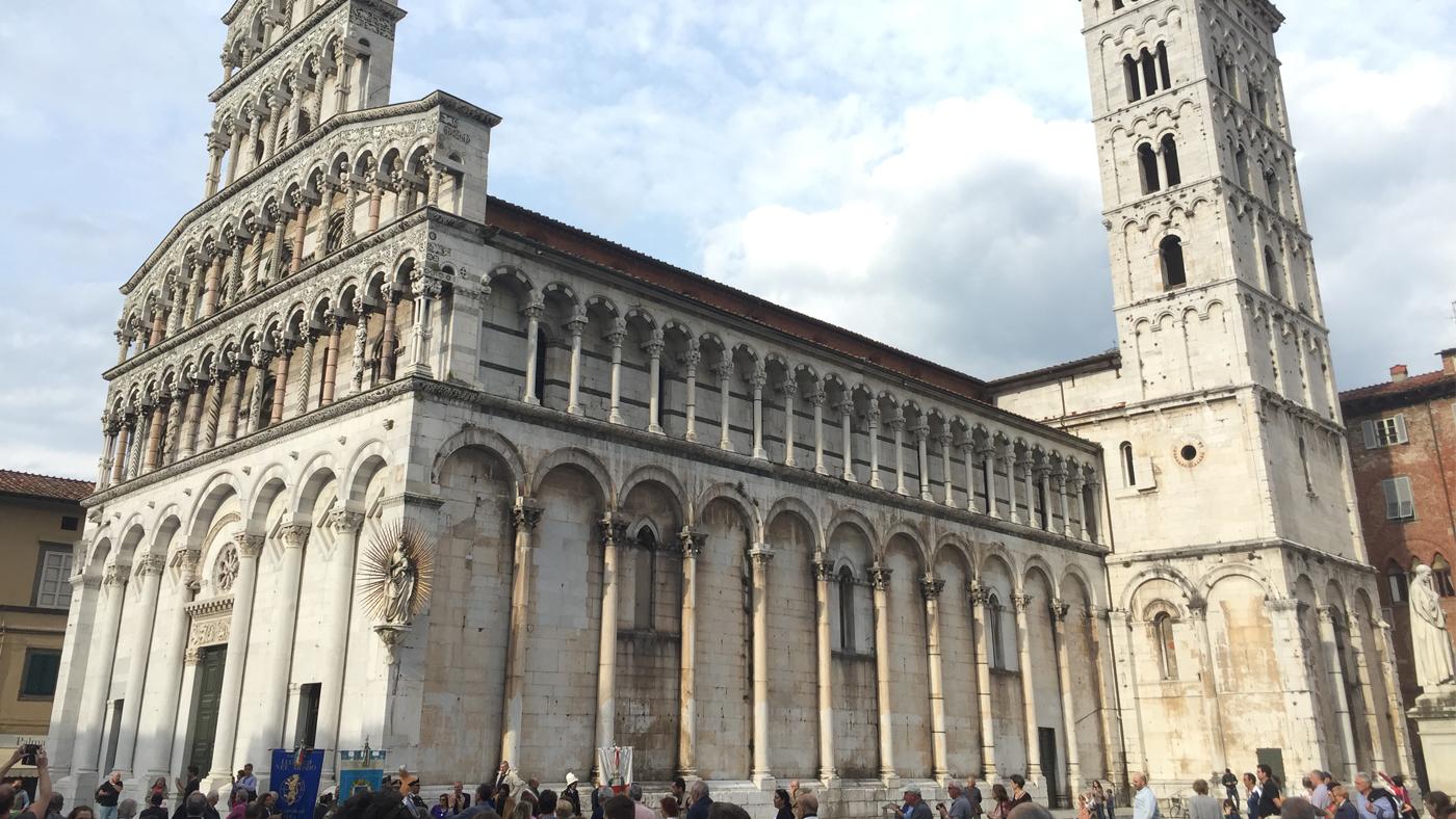 Auf dem Platz vor der Kirche San Michele herrscht stets ein buntes Treiben.