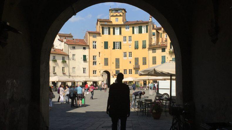Der ovale Piazza dell'Anfiteatro trumpft mit gemütlichen Cafés und einer ausgelassenen Atmosphäre auf.