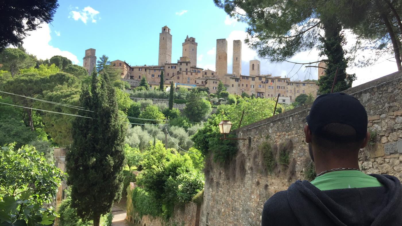 Vom begrünten Spaziergang zum mittelalterlichen Brunnen vor den Toren der Stadt erhaschen wir immer wieder tolle Blicke auf die Stadt.