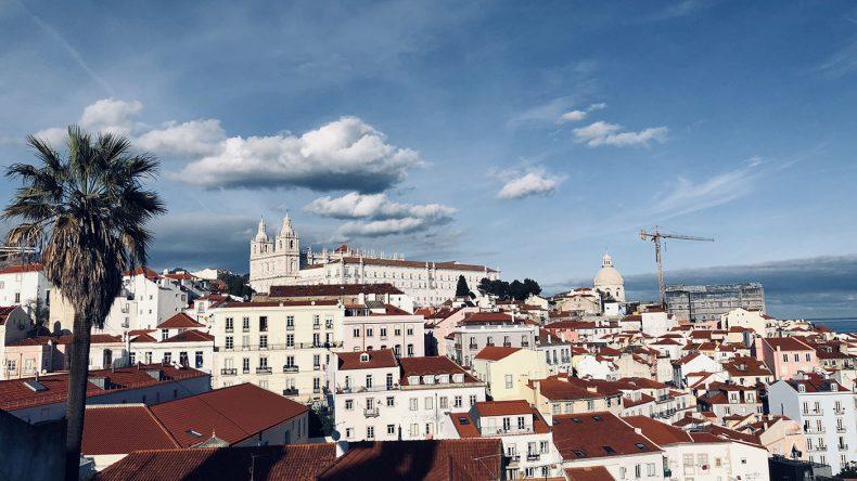 Lissabons Altstadt Alfama leuchtet.