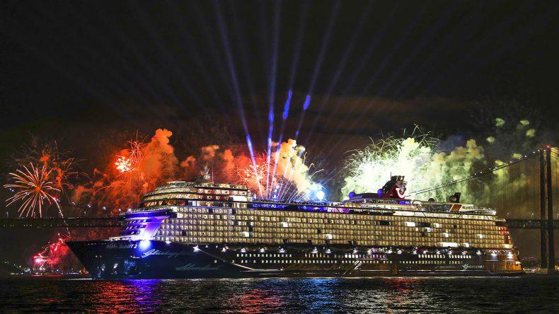 Unter dem Tösen des Nebelhorns ein beeindruckendes Feuerwerk. (Copyright: TUI Cruises)