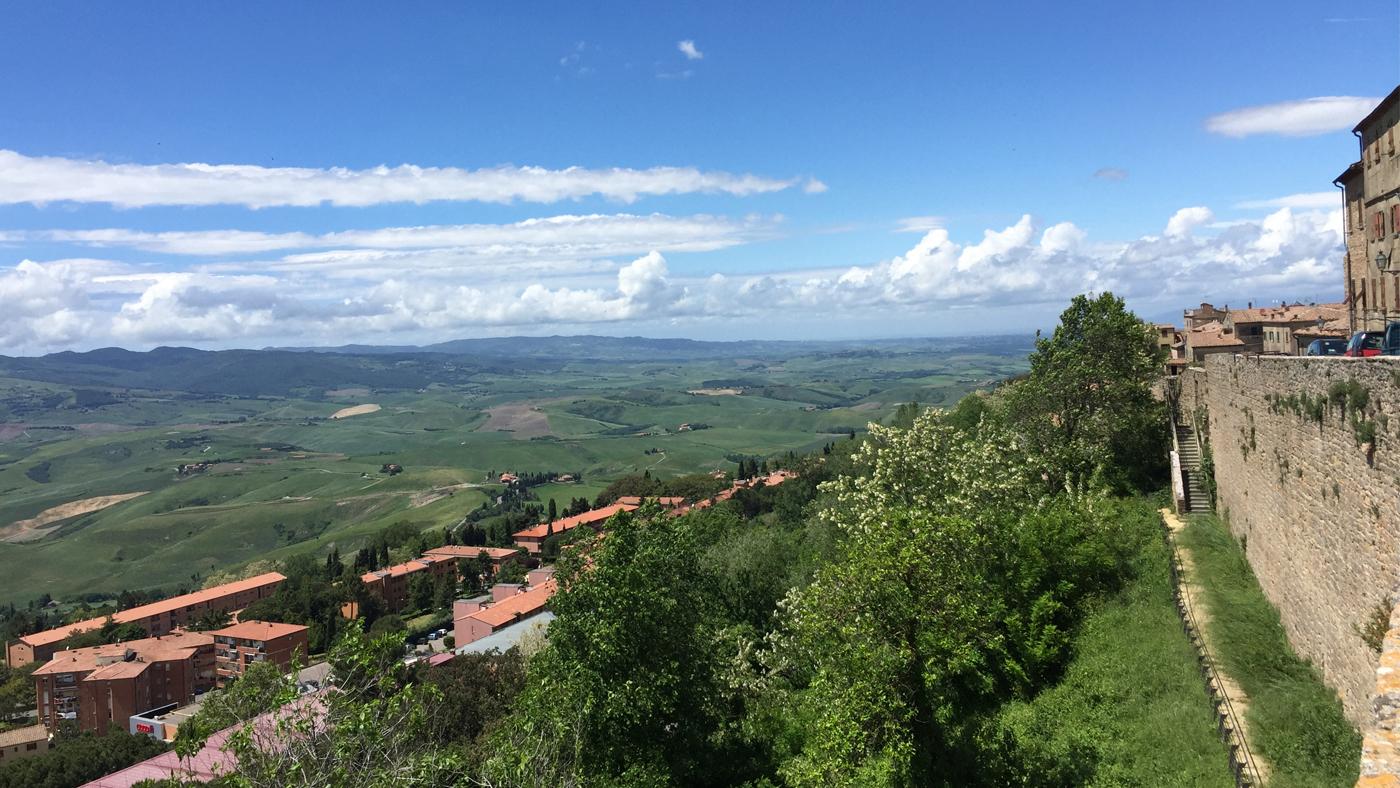 Von der Stadtmauer bieten sich weite Blicke auf Volterras Umland.