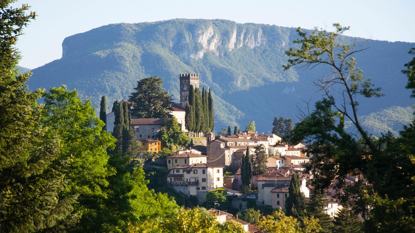 Blick auf die italienische Gemeinde Barga im wunderschönen Lucca. (Shutterstock/Melinda Nagy)