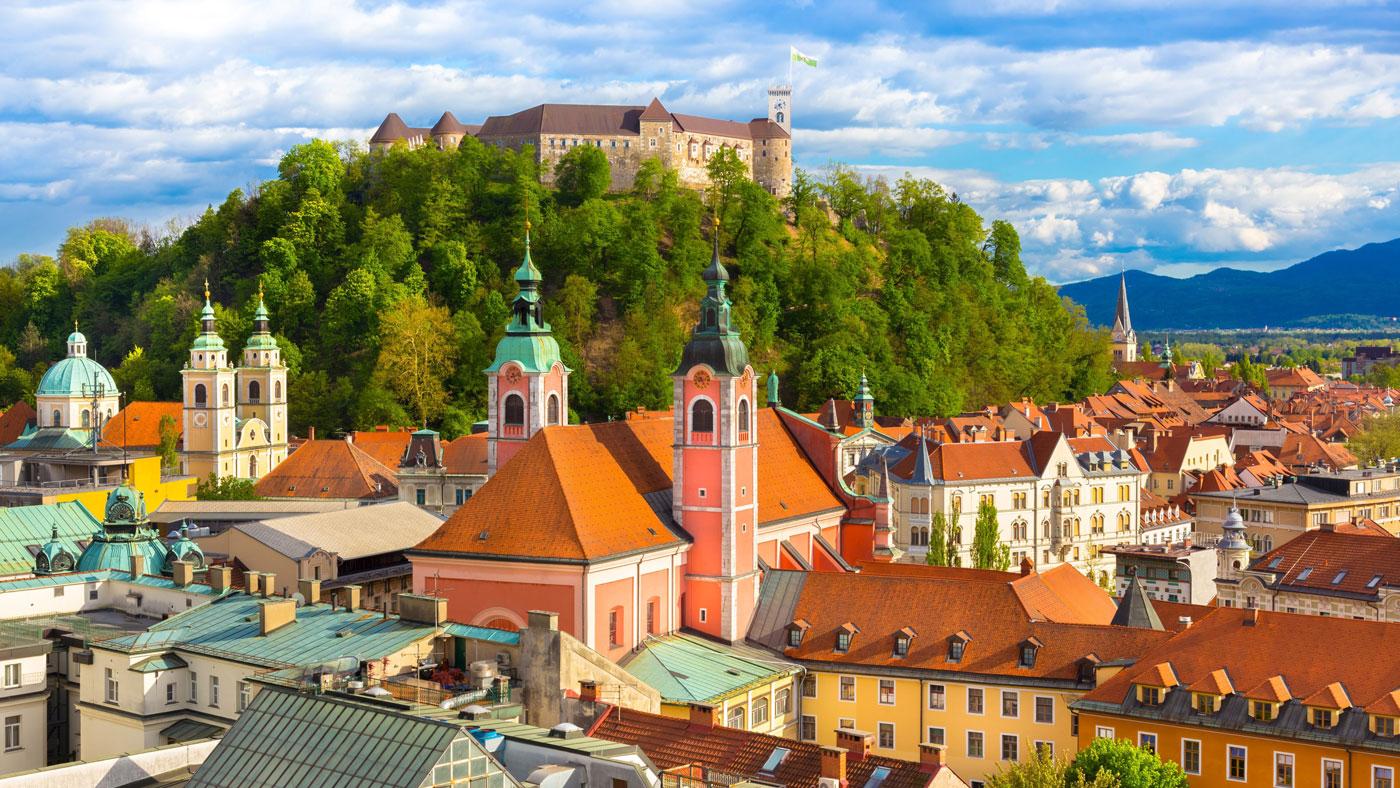 Die Burg von Ljubljana thront auf dem Hügel über der Stadtmitte