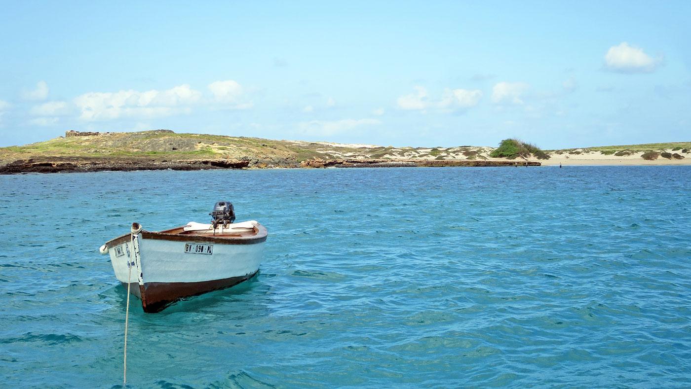 Ob auf einer Yacht, einem Katamaran oder einem Fischerboot: Die Inseln der Kapverden könnt ihr auf verschiedene Arten vom Wasser aus erkunden.