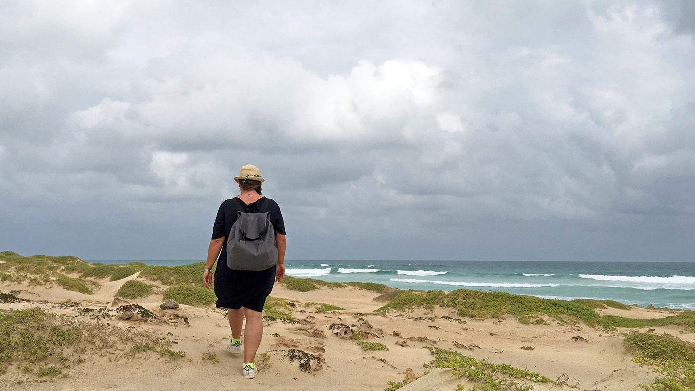 Jasmin beim Strandspaziergang auf den Kapverden.