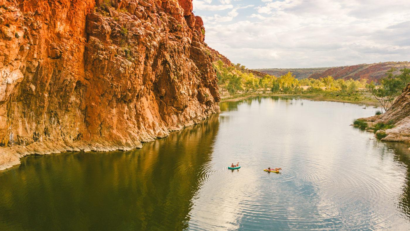 Die beeindruckende Schlucht Glen Helen Gorge liegt auf dem Red Centre Way unweit von Alice Springs. © Tourism NT