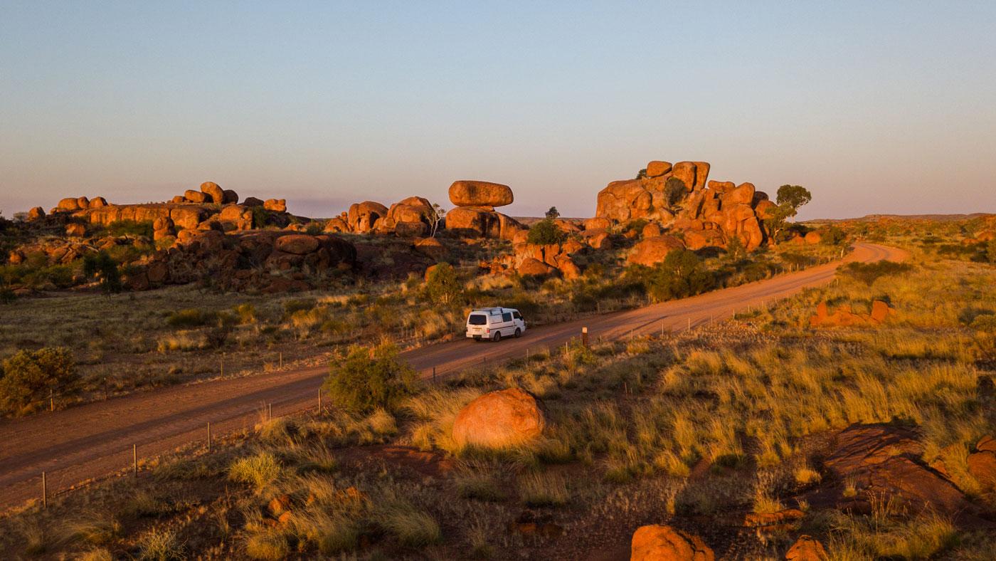 """Die gigantischen roten Felskugeln """"Devil's Marbles"""" sind eine heilige Stätte der Aborigines. © Tourism NT"""