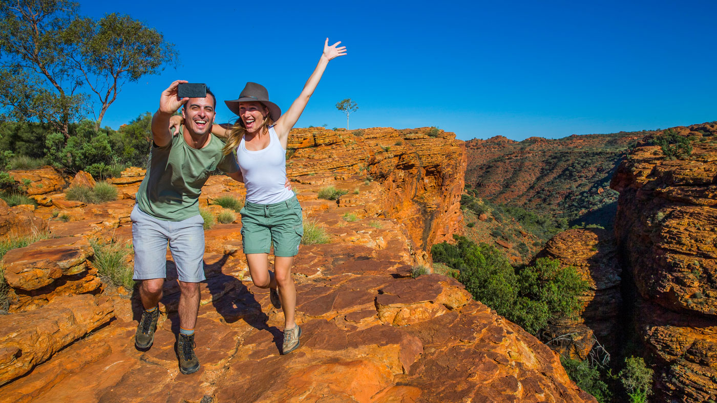 Der Kings Canyon Rim Walk führt euch in drei bis vier Stunden um den Canyon herum. © Tourism NT
