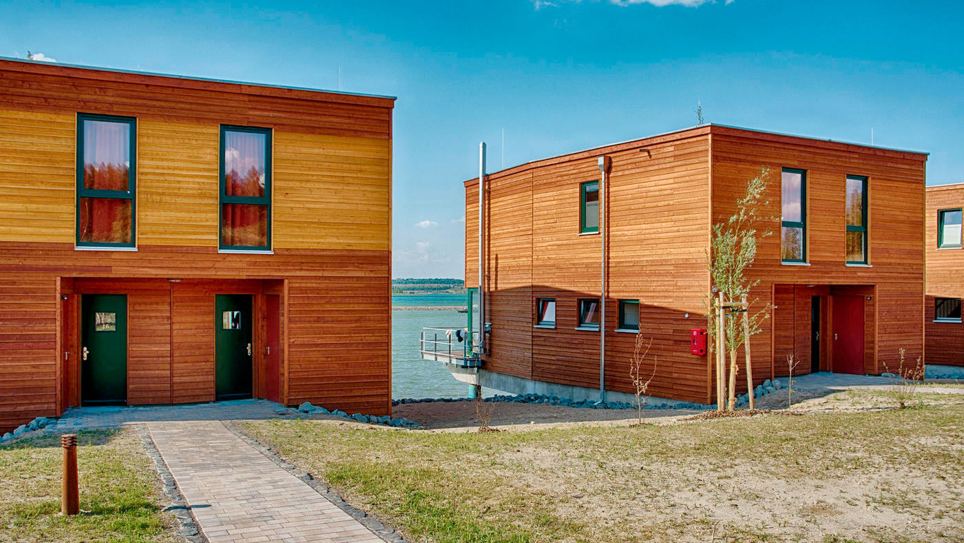 Die modernen Häuser des Lagovida Ferienresort liegen direkt am Strömthaler See