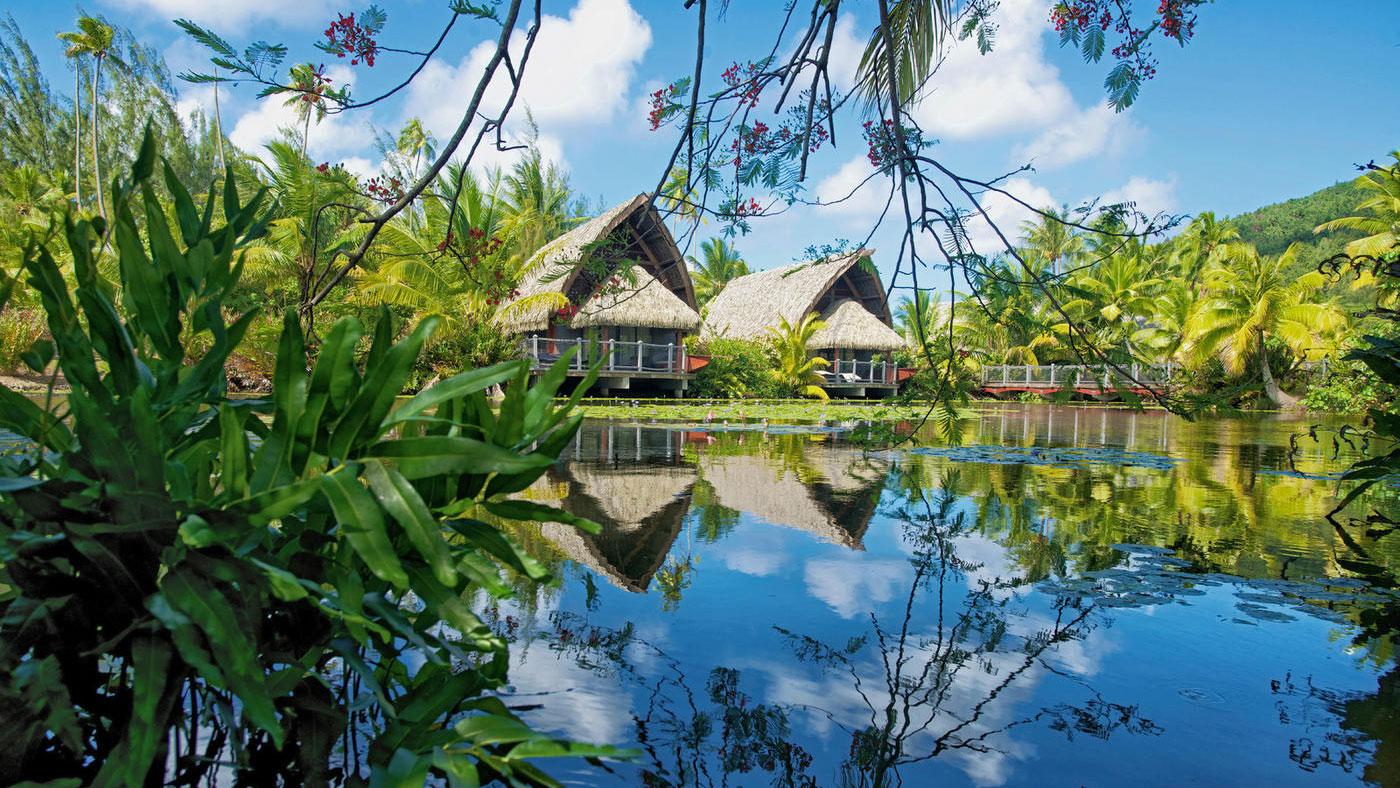 Eingebettet zwischen einem See und feinsandigem Strand mit türkisblauer Lagune liegt das Maitai Lapita Village