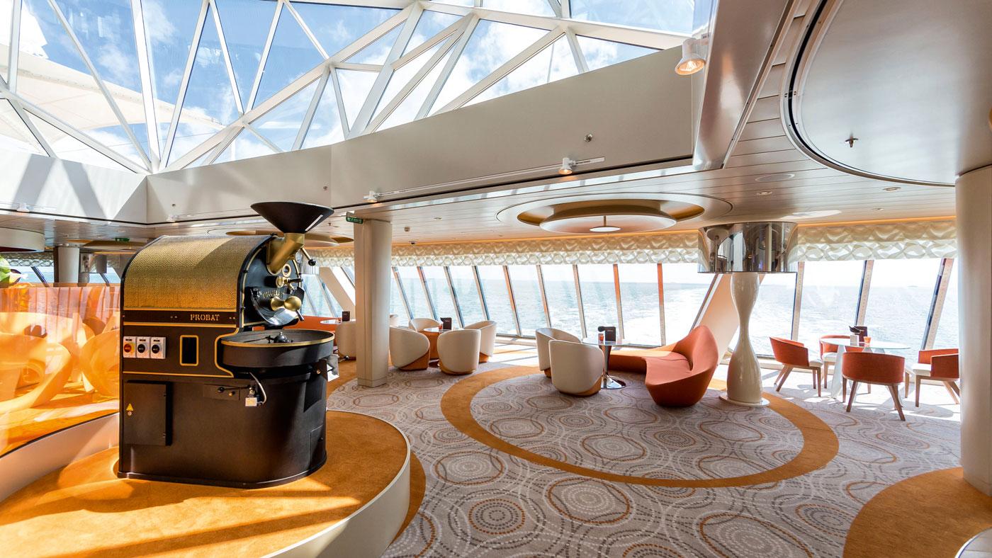 Die Café Lounge - hier auf der Mein Schiff 3 (© TUI Cruises GmbH Hamburg)