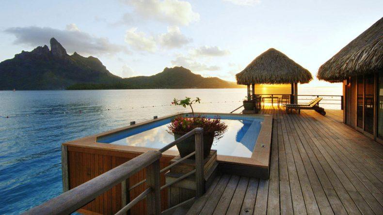 Von der Overwatervilla des St. Regis Bora Bora geht es direkt ins Meer.