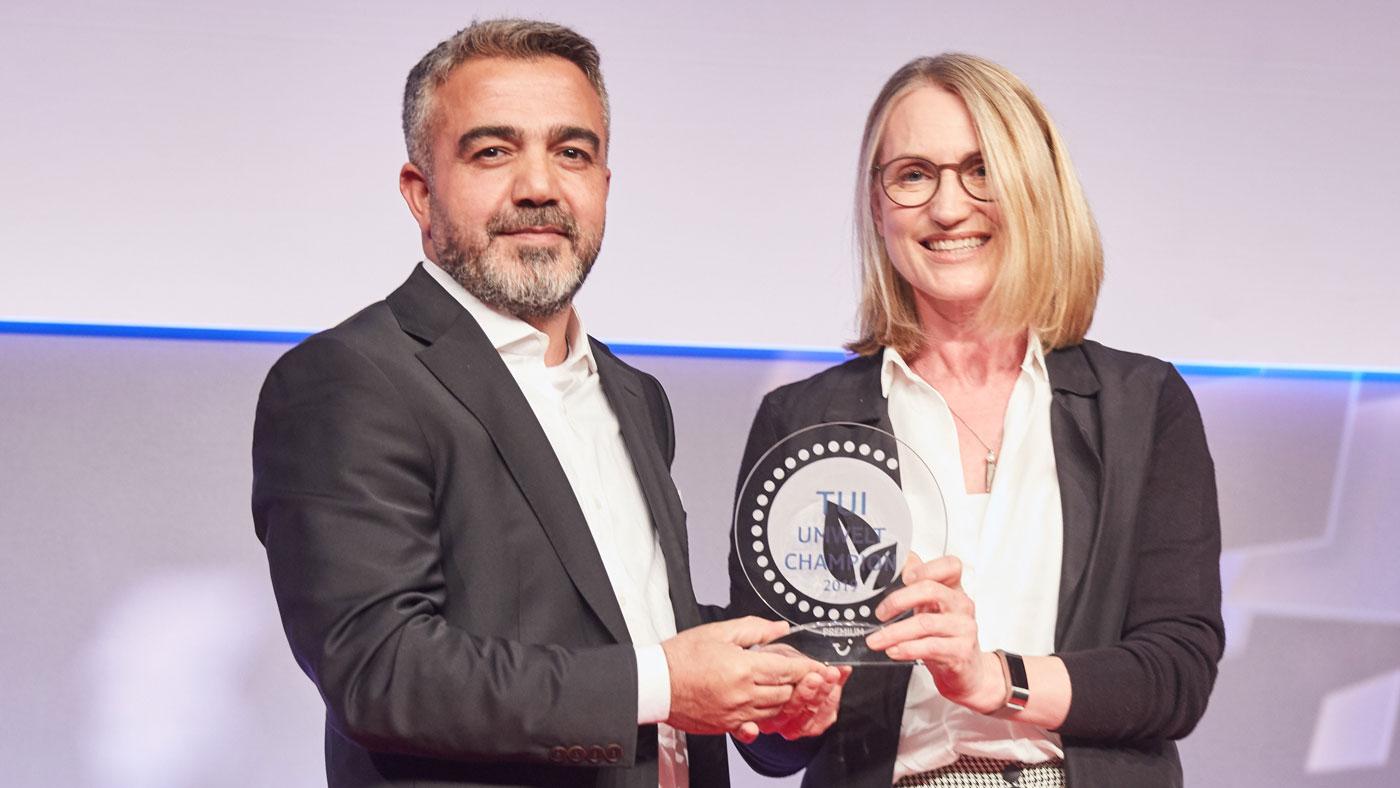Jane Ashton überreicht Turcan Uysal, General Manager vom TUI MAGIC LIFE Sarigerme, den TUI Umwelt Champion 2019. (c) Christian Wyrwa