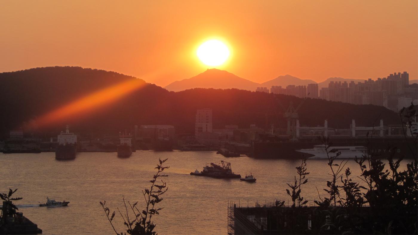Die geschäftige Hafen- & Industriestadt Busan schafft den Spagat zwischen zwischen aufregender Großstadt & faszinierender Natur spielend.