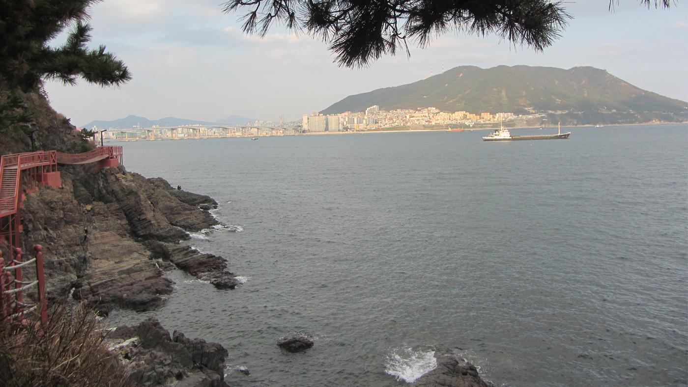 Der Amnam Park Küstenwanderweg gewährt tolle Aussichtspunkte auf Busan und das Meer.