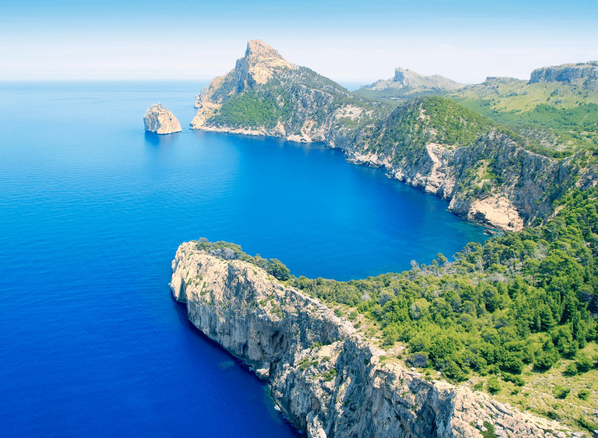 Am Cap Formentor fällt das Tramuntana-Gebirge jäh ins Mittelmeer ab