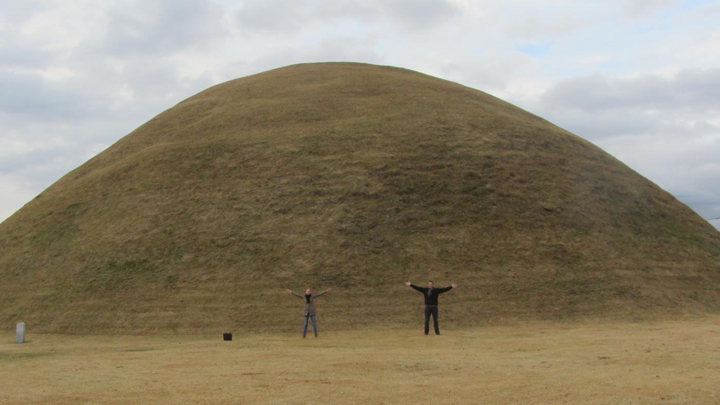 Die insgesamt 35 Hügelgräber im Tumuli-Park sind zwar von außen recht schmucklos, beeindrucken dafür durch ihre Größe.