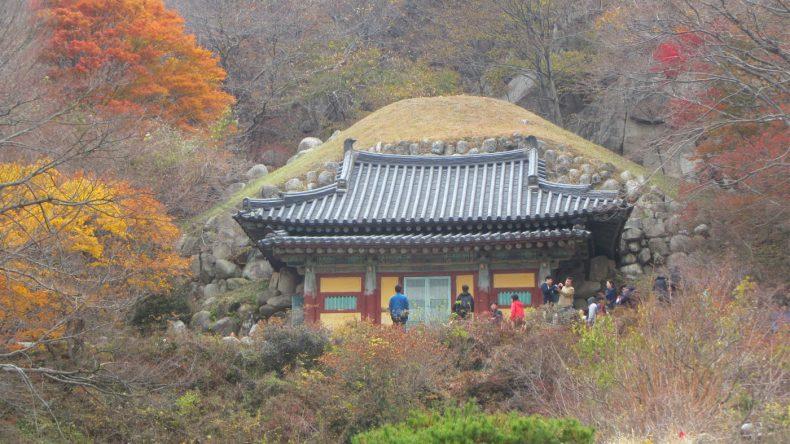Die künstlich erbaute Seokguram-Grotte beherbergt eine 3,5 m große Buddha-Statue, die auf einem Lotosthron seine Besucher empfängt.