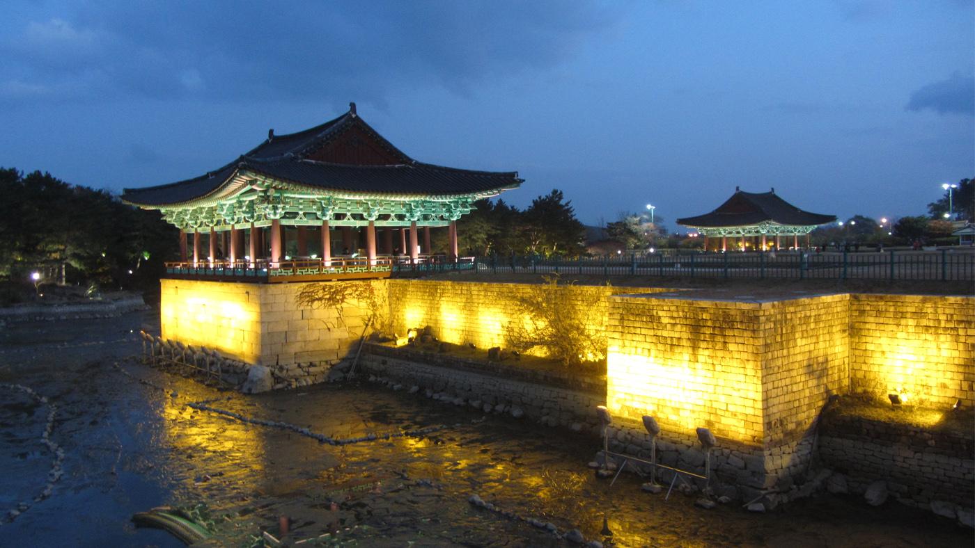 In der Regenzeit füllen sich die Teiche um den Wolji Palast fast vollständig mit Wasser.