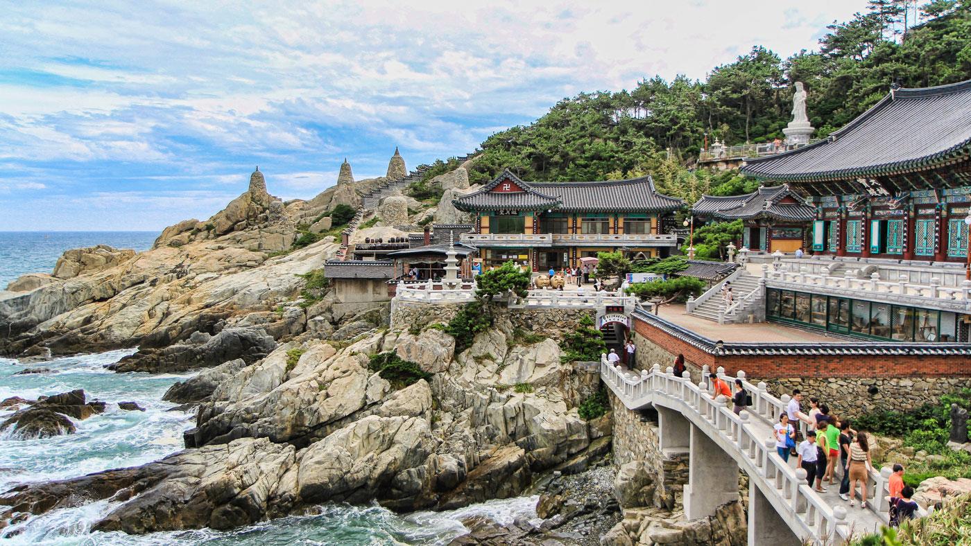 Der Yonggungsa Tempel an der Ostküste von Busan liegt pittoresk zwischen schroffen Felsen an einem begrünten Hang. // Copyright © Korea Tourism Organization