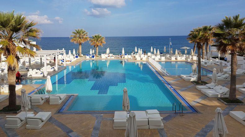 Blick auf den Pool im Grecotel Creta Palace
