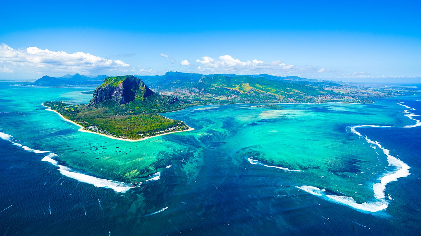 Mauritius aus der Luft mit Idem berühmten Berg Le Morne Brabant. // ©Shutterstock, Myroslava Bozhko