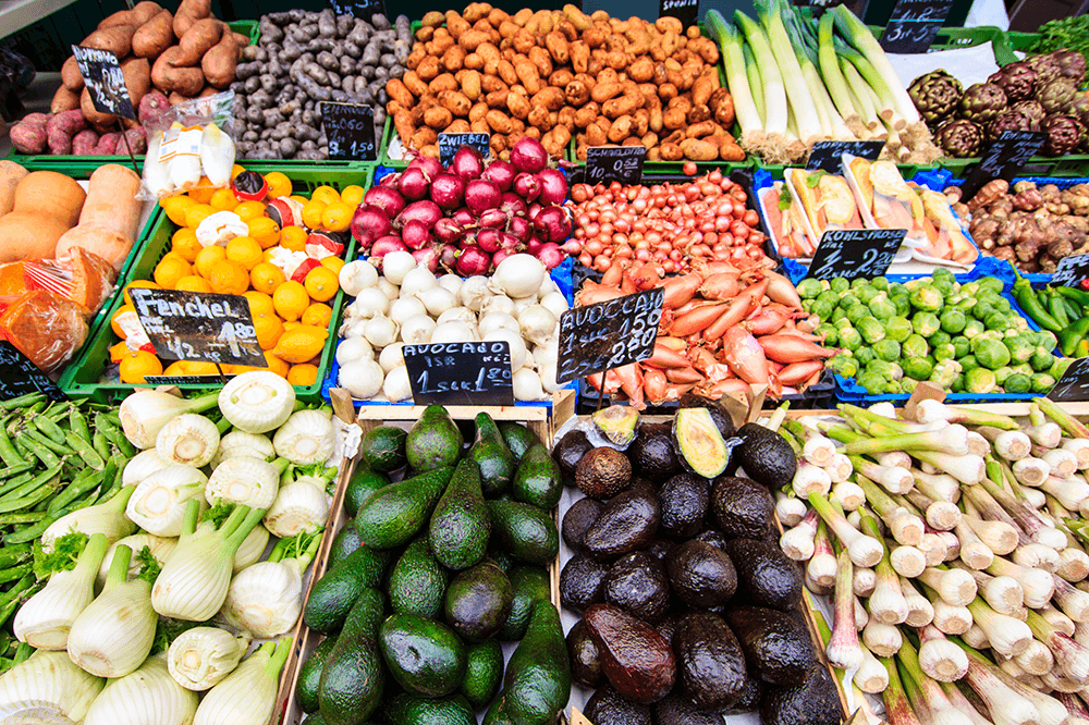 Die Obst- und Gemüsestände in der Markthalle Mercat de l'Olivar bietet eine reichhaltige Auswahl an saisonalen Früchten, Gemüse der Jahreszeiten als auch mallorquinischen Sorten.