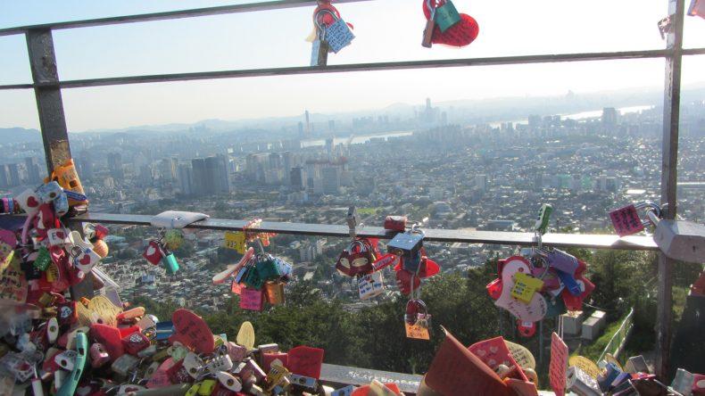 Die Aussichtsplattform vor dem N Seoul Tower ist ein beliebter Ort für junge Koreaner um ihre große Liebe kund zu tun.