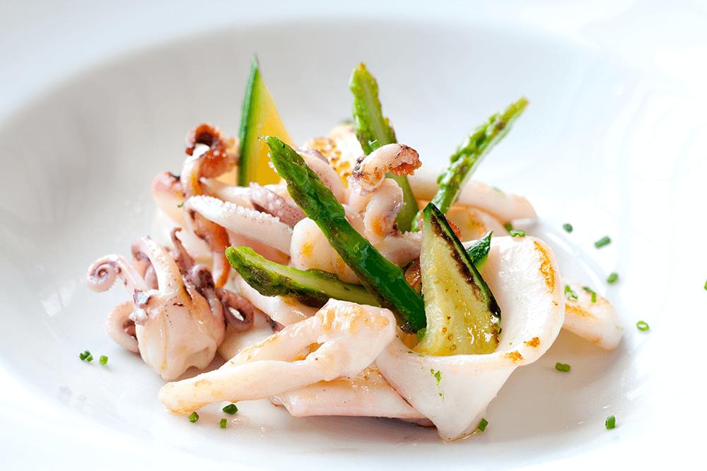 Leckere Vorspeise im Restaurant Ca Na Toneta in Caimari, Mallorca: Tintenfisch mit grünem Spargel