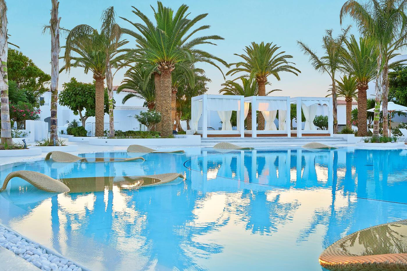 Auf den Daybeds am und im Pool könnt ihr bestens entspannen