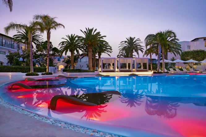 Wunderschön! Die Stimmung am Pool nach Sonnenuntergang