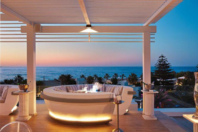 In der Skybar könnt ihr Platz nehmen und einen tollen Blick auf's Meer genießen!